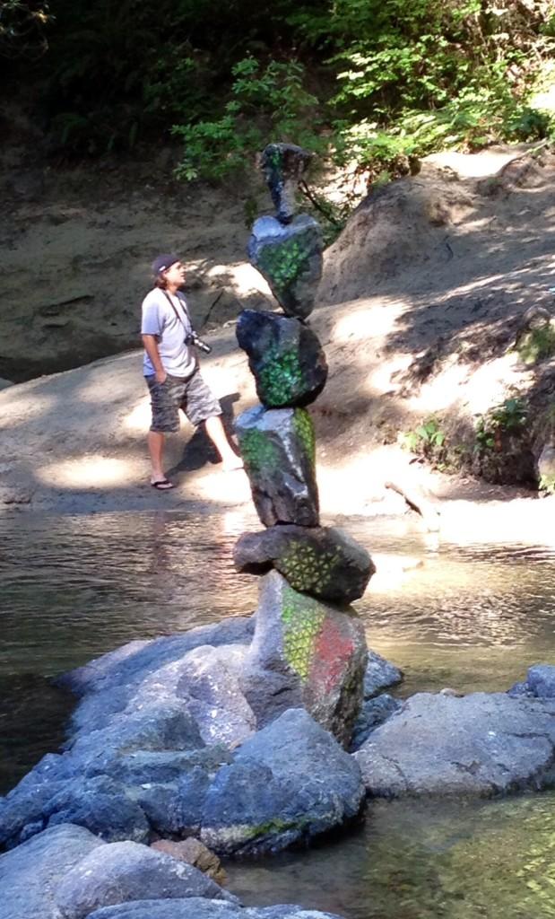 川辺に作られた芸術品
