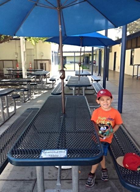 学校のピクニックテーブル