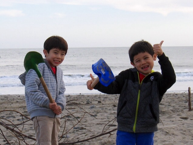 海辺で砂遊び