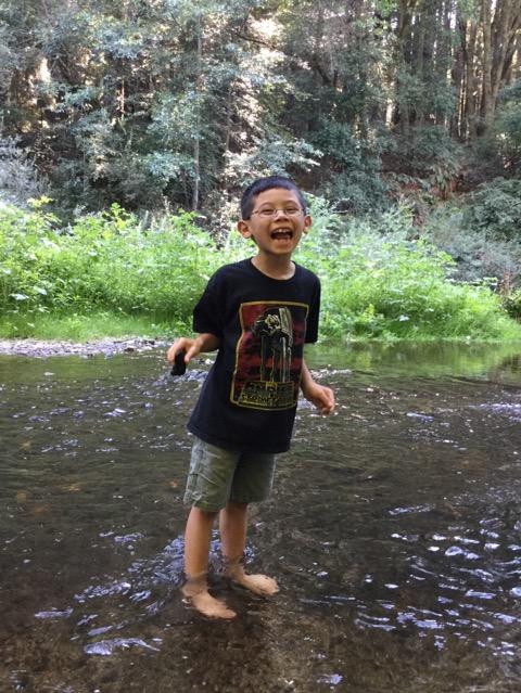 森の中で川遊び